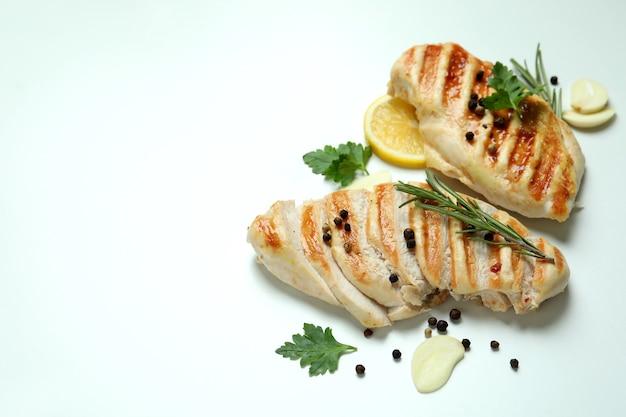 Viande de poulet grillé et épices sur fond blanc