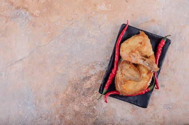 Viande de poulet grillée aux piments rouges