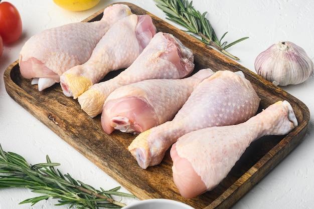 Viande de poulet marinée crue, ensemble de cuisses de poulet, sur blanc