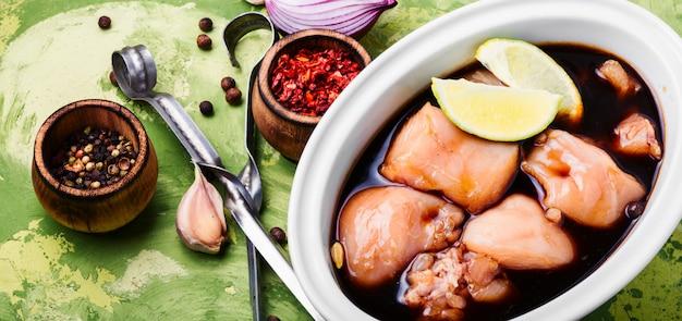 Viande de poulet marinée crue