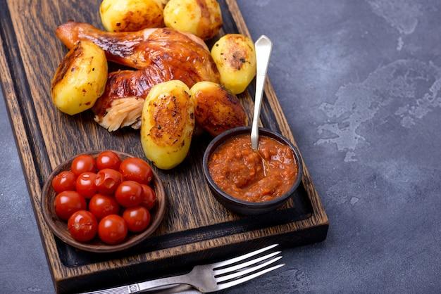 Viande de poulet rôtie et pomme de terre avec sauce