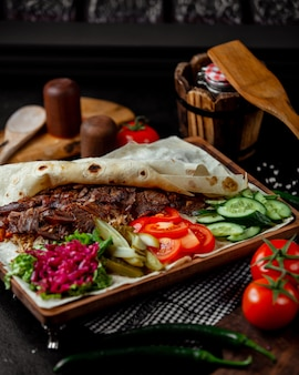 Viande rôtie avec flapjack servie avec des cornichons