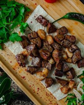 Viande rôtie hachée avec de la graisse