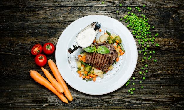 Viande rôtie avec des légumes hachés