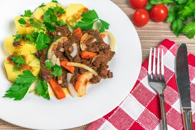 Viande rôtie avec pommes de terre et carottes
