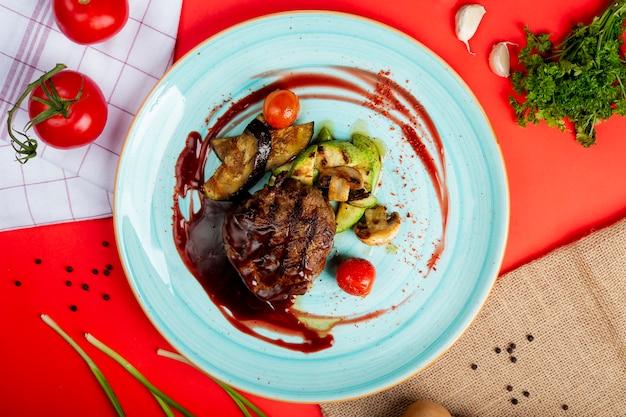 Viande rôtie avec sauce barbecue et légumes