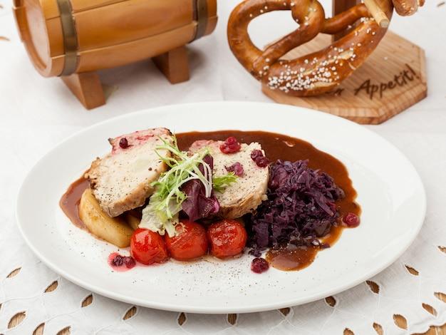 Viande rôtie avec tomates et sauce