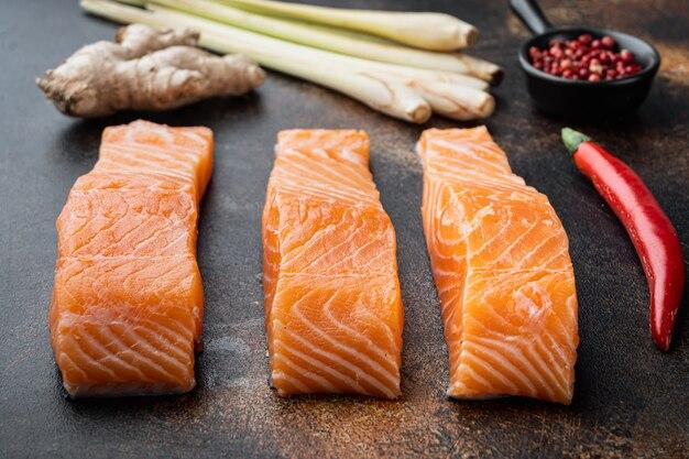 Viande de saumon cru pour côtelettes, sur fond rustique ancien