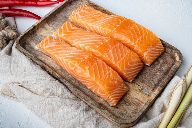 Viande de saumon cru pour côtelettes, sur fond texturé blanc
