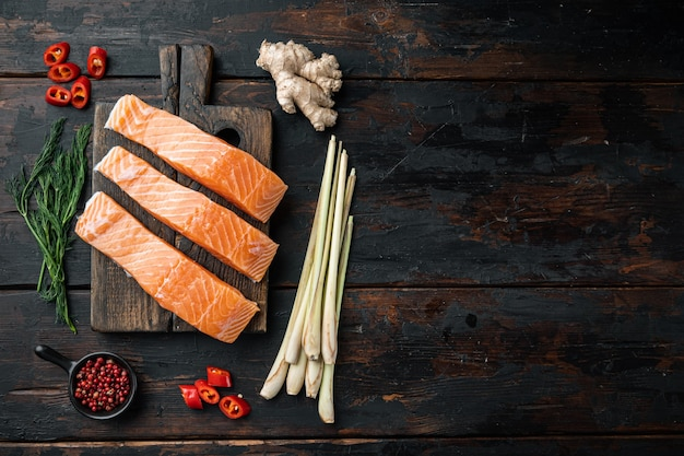 Viande de saumon cru pour côtelettes, sur la vieille table en bois, mise à plat avec un espace pour le texte