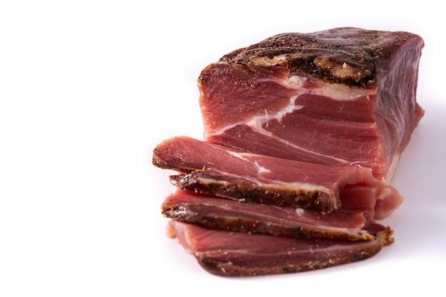 Viande séchée et fumée isolée sur fond blanc