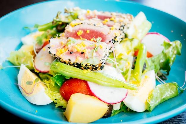 Viande de thon crue et fraîche avec sésame et salade