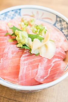 Viande de thon de poisson cru dans un bol de riz