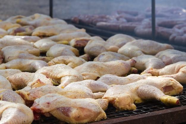 Viande traditionnelle grillée sur le grill dans la campagne argentine