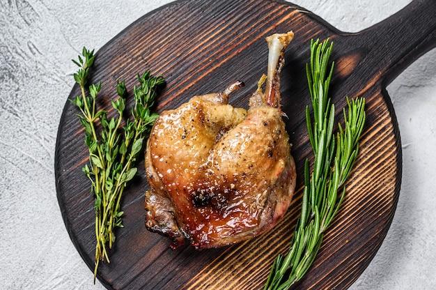 Viande de volaille cuite au four de cuisse de canard confite.
