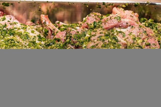 Viandes crues marinées dans de l'huile d'olive à l'ail persil sel poivre