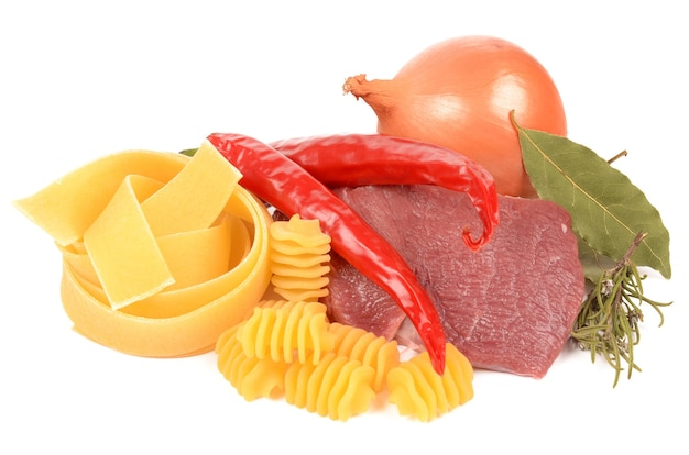 Viandes fraîches avec pâtes et assaisonnements