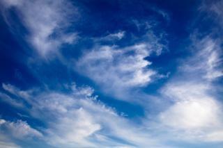 Vibrance nuageux ciel bleu