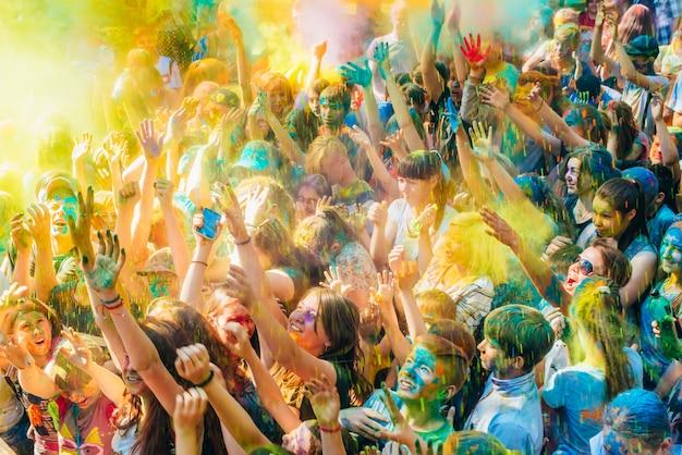 Vichouga, russie - 17 juin 2018: une foule de gens heureux à la célébration de la fête des couleurs holi