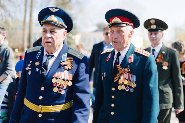 Vichuga, russie - 9 mai 2015 : défilé en l'honneur de la victoire de la seconde guerre mondiale, russie