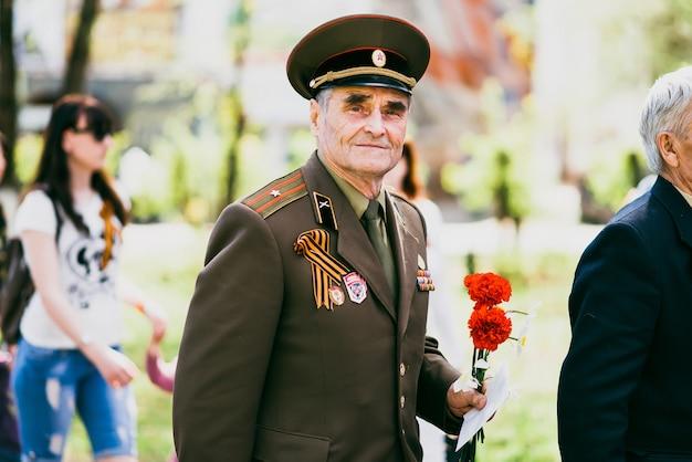 Vichuga, russie - 9 mai 2016 : un vétéran de la seconde guerre mondiale lors du défilé du jour de la victoire en russie. la marche du régiment immortel