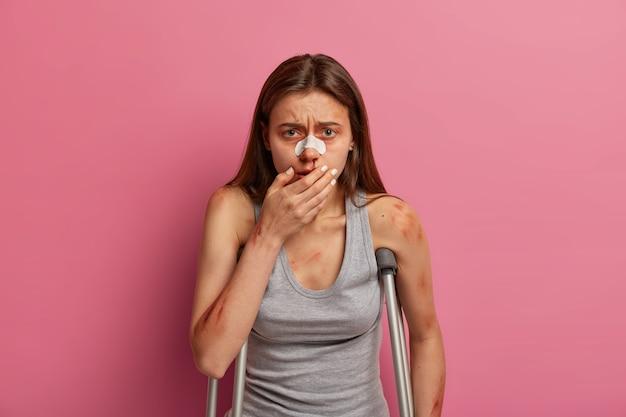 Une victime désespérée d'un accident de voiture qui pleure souffre de sentiments douloureux