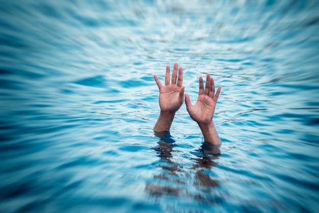 Les victimes de la noyade, main de l'homme en train de se noyer ayant besoin d'aide