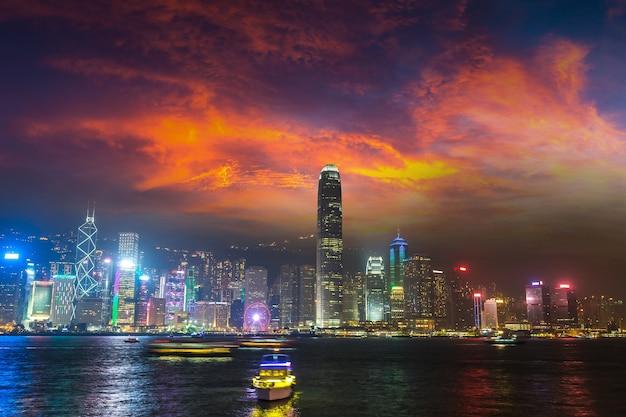 Victoria harbour à hong kong au coucher du soleil