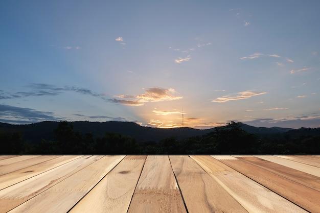 Vide en bois de brun sur fond de coucher de soleil avant