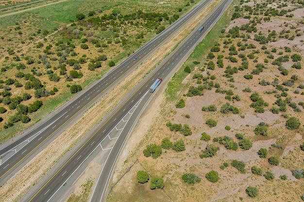 Vide déserté dans la route panoramique, nouveau-mexique sur cette longue route du désert