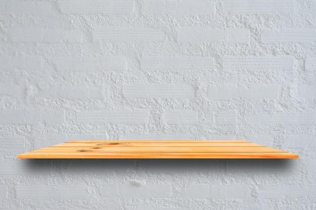 Vide les étagères en bois et fond de mur en pierre. étagères en bois brun perspective sur fond de mur en pierre. - peut être utilisé pour l'affichage ou le montage de vos produits.mock up pour l'affichage du produit.
