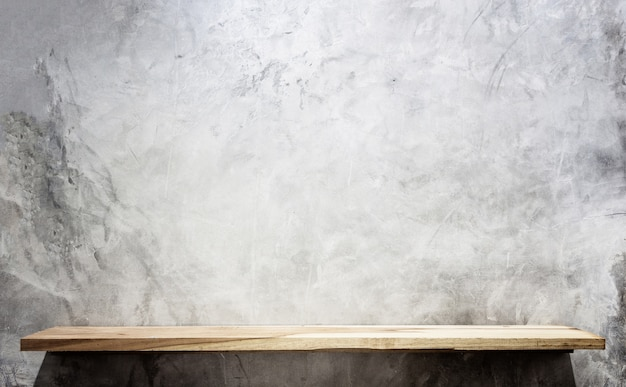 Vide les étagères en bois et fond de mur en pierre. pour l'affichage du produit