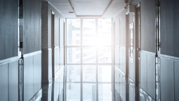 Vide long couloir dans l'immeuble de bureaux moderne