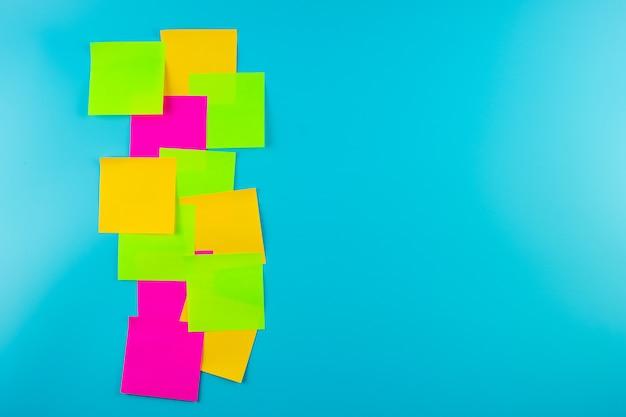 Vide papier note fréquemment avec copie espace pour le texte. faq (questions fréquemment posées), réponse, q&r, communication et remue-méninges, concepts de la journée de questions internationales