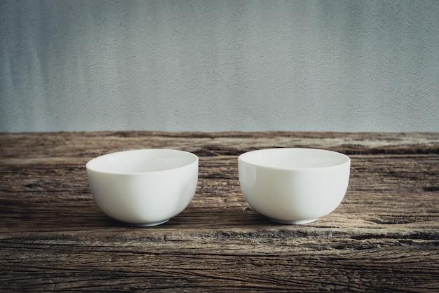 Vide petit bol sur une table en bois