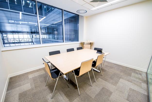 Vide petite salle de réunion. intérieur moderne et lumineux. murs de verre