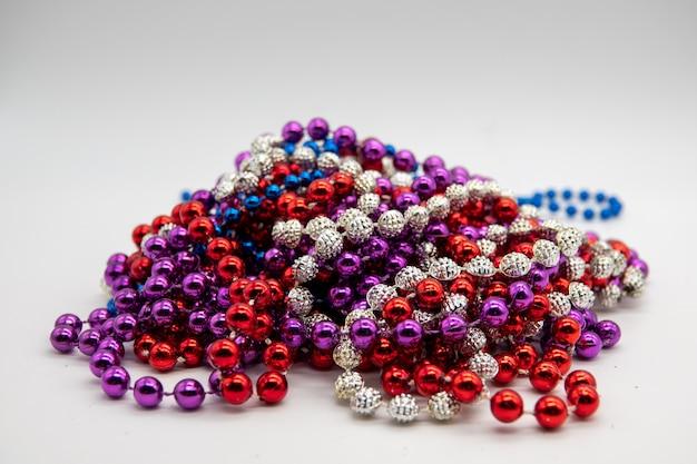 Vide pour la conception sous la forme d'une partie de perles de boules rondes de couleur bleue sur fond jaune