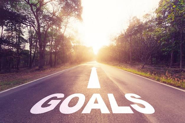Vide route goudronnée et concept d'objectifs.