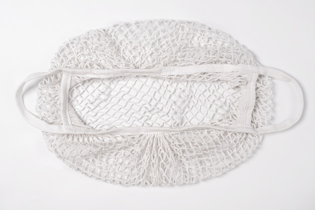 Vide sac de chaîne de magasinage en coton réutilisable sur fond blanc. sac en filet écologique ou shopper. rejet du concept de plastique, zéro déchet, recyclage et réutilisation.