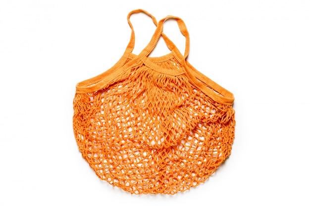Vide sac à cordes en coton orange réutilisable sur fond blanc. sac en filet écologique ou shopper. rejet du concept de plastique, zéro déchet, recyclage et réutilisation.