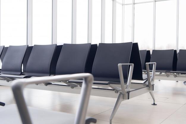 Vide salle d'attente du terminal de l'aéroport avec des chaises