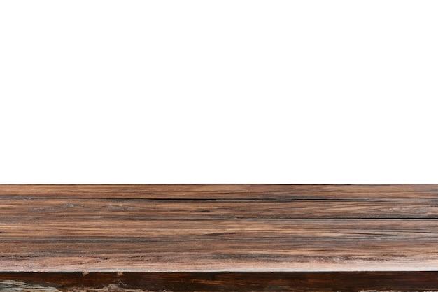 Vide vieille table en bois de chêne texturé sur fond blanc pour l'affichage et le montage de vos produits et choses. utilisation de l'empilement de mise au point pour créer une profondeur de champ complète.
