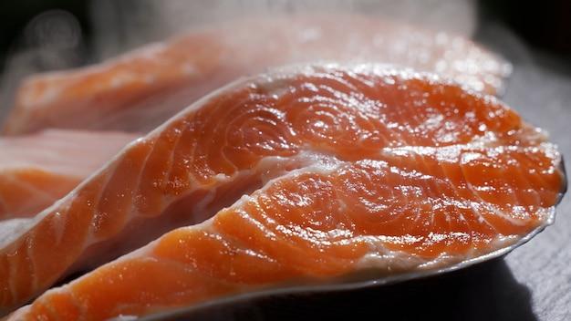 Vidéo animée de sushis au saumon sur un plat noir dans la mise au point sélective du restaurant