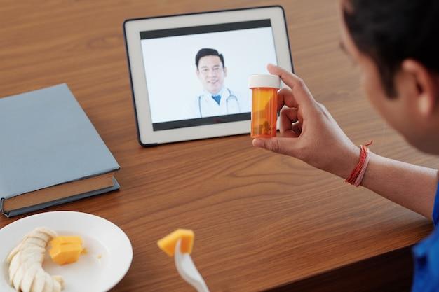 Vidéo d'un homme appelant son médecin et lui demandant s'il doit toujours prendre des vitamines ou des suppléments prescrits