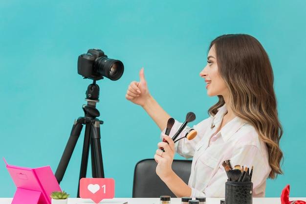 Vidéo de maquillage d'enregistrement de blogueur vue latérale