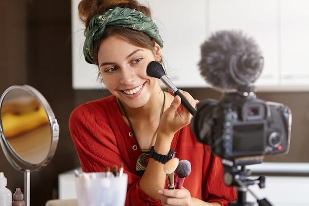 Vidéo de maquillage de tournage de vlogger féminin