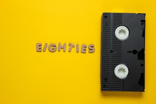 Vidéocassette avec le mot 80 à partir de lettres en bois