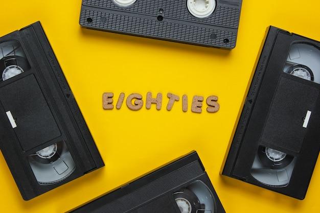 Vidéocassettes isolés sur jaune