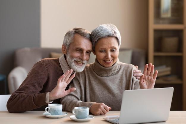 Vidéoconférence couple senior à la maison