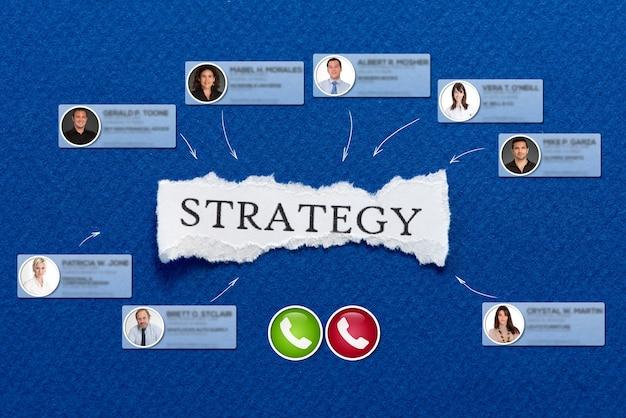 Vidéoconférence se déroulant dans un fond bleu avec la stratégie de message